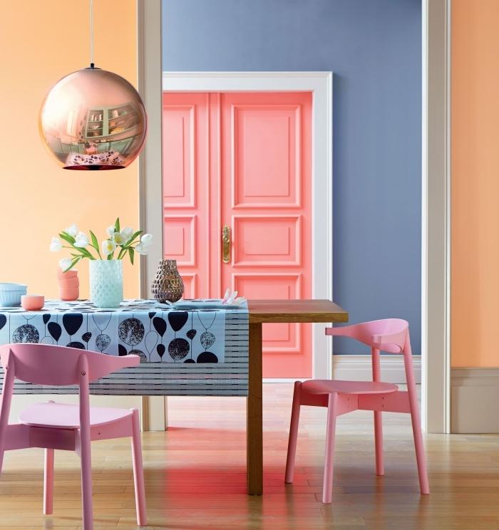peindre encadrement porte en couleur différente pour mettre la porte en valeur et jouer sur les contraste, une porte rose pêche à encadrement blanc en contraste avec le bleu violet des murs
