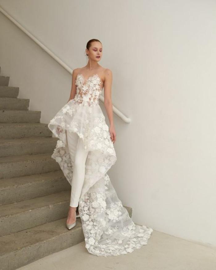 mode 2018, bustier semi-transparent en dentelle blanche qui se transforme en longue traîne en dentelle aux motifs fleurs, pantalon moulant, combishort mariage