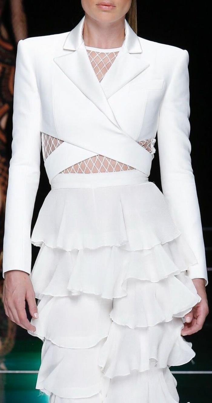 pantalon avec des volants sur toute la longueur, tailleur pantalon femme pour ceremonie, veste courte avec effet croisé devant et blouse en résille blanche