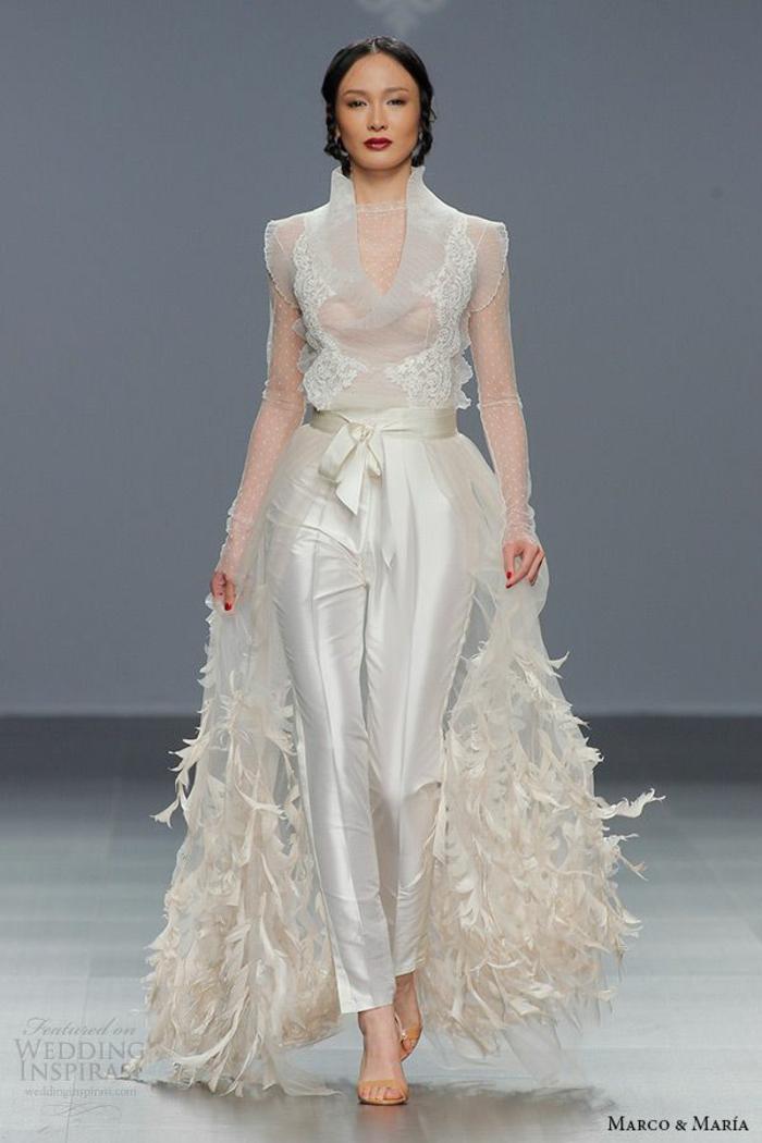 tailleur pantalon femme, tenue ceremonie femme, combishort mariage, traine au sol avec des plumes d'autruche, pantalon en satin blanc, ceinture blanc satin avec noeud, décolleté avec des volants