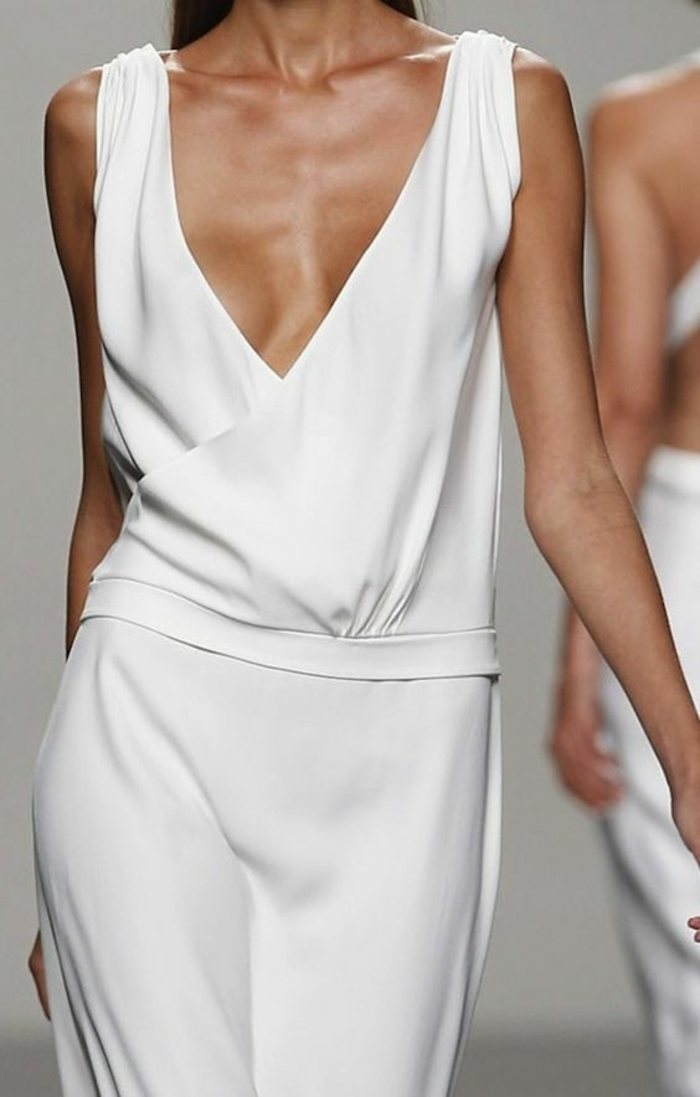 tailleur pantalon femme, tissu moulant, décolleté grand ouvert en V, top sans manches, pantalon au tissu fluide, tenue ceremonie femme