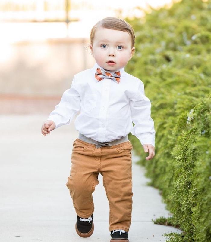 idée costume de mariage petit garçon sage, pantalon marron, chemise blanche, noeud de papillon, cheveux fins avec mèche de coté