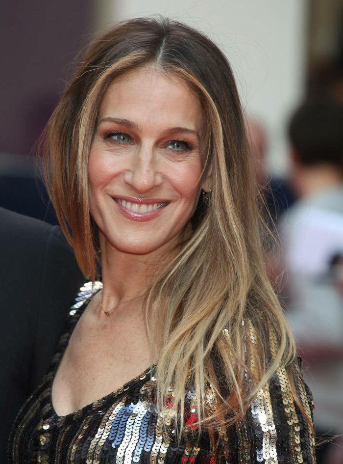 tie and dye miel de Sara Jessica Parker, cheveux longs chatains avec mèches blonds autour du visage