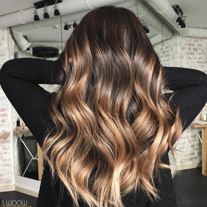 balayage caramel sur base brune, cheveux longs wavy, mèches progressivement éclaircies