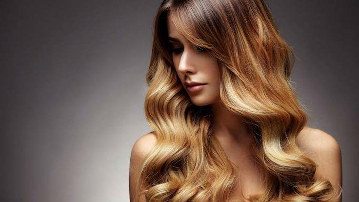 cheveux très épais, une femme aux longs cheveux, balayage caramel sur base brune