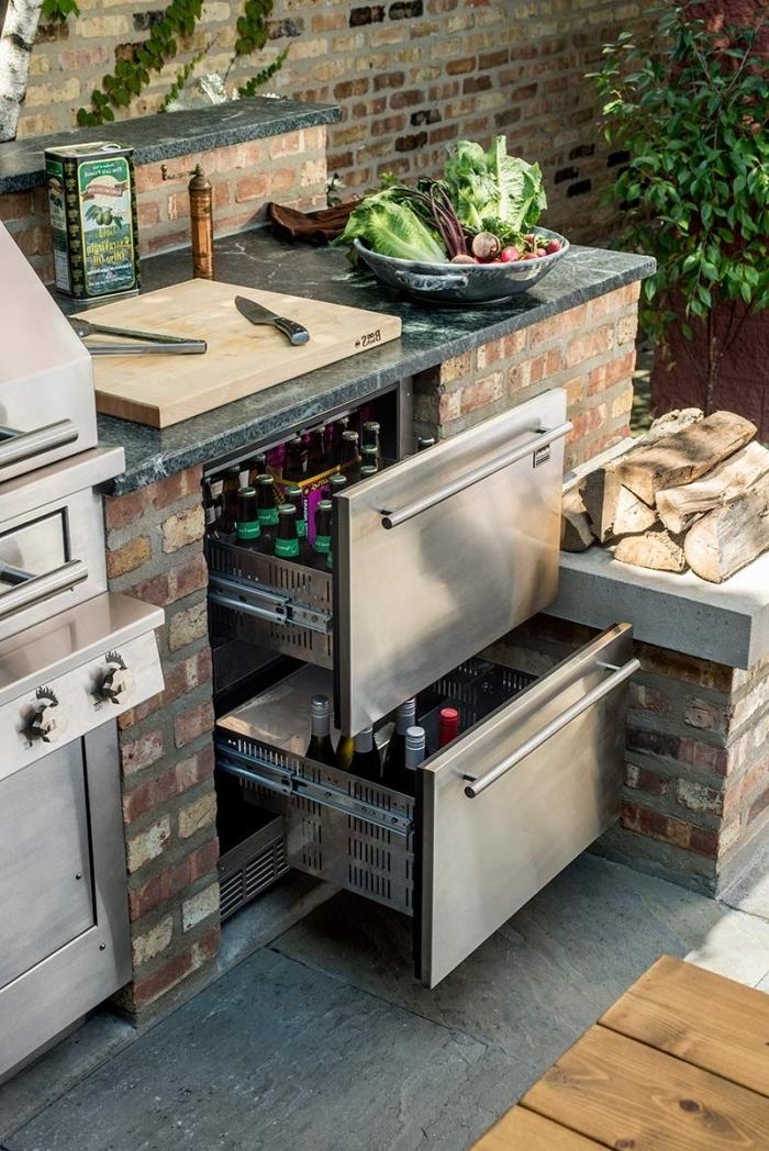 idée meuble de rangement en inox pour une cuisine d'été dans le jardin, ilot de cuisine en pierre avec barbecue