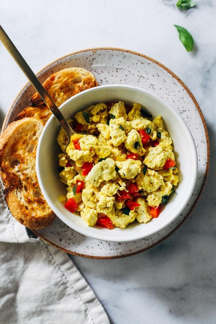 cuisine saine et vegan pour se régaler sans produits d'origine animale, recette facile et rapide de tofu brouillé au curcuma, poivron rouge et à l'échalote