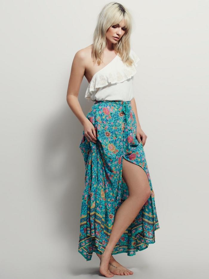 vetement style boheme en jupe longue fendue de couleur vert turquoise à design fleuris combinée avec top crop blanc asymétrique