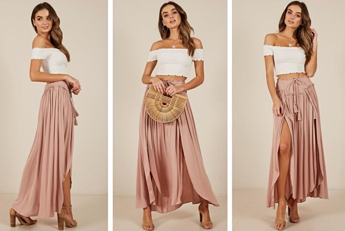 modèle de jupe longue fendue de couleur rose poudré combinée avec top crop blanc aux manches tombantes et sandales à talons