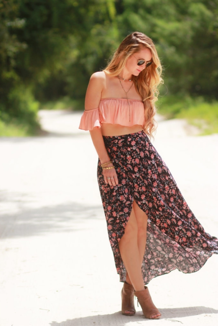 modèle de jupe courte devant longue arrière de couleur noire aux motifs fleuris combinée avec top crop corail