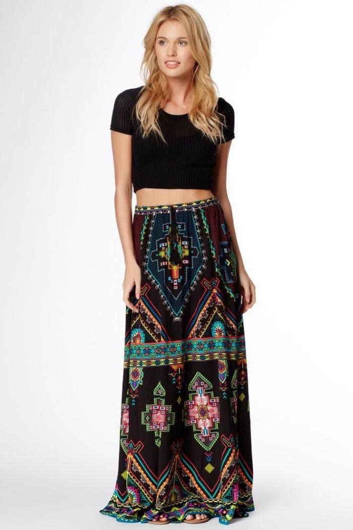 idée tenue hippie chic ou style gypsy femme en jupe longue noire aux motifs verts et rouges, modèle de top crop design t-shirt noir