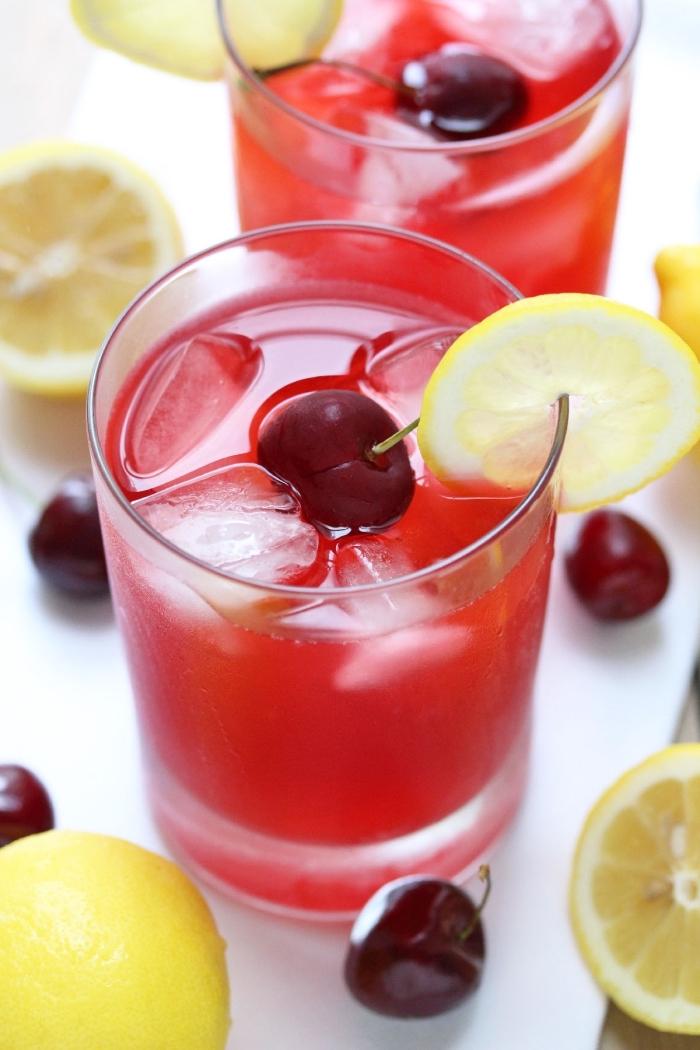 exemple de limonade originale au goût de cerises et jus de citron fraîchement pressé garni avec glaçons et fruits