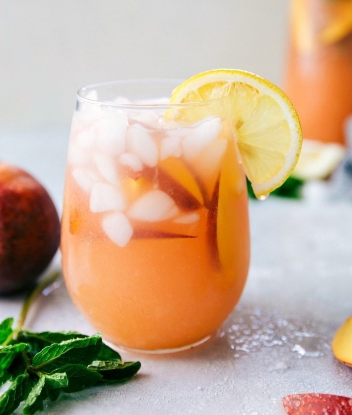 exemple cocktail été sans alcool à préparer soi-même, citronnade recette avec purée de pêche et tranches