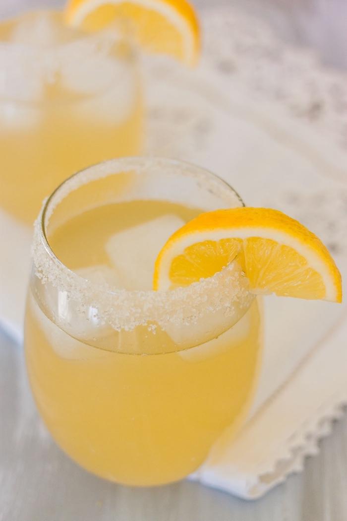 idée comment faire un jus de fruit maison, verre de cocktail rempli de limonade préparé avec eau et jus de citron