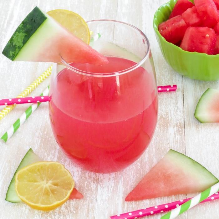 idée jus de fruit maison à préparer avec purée de pastèque fraîche et jus de citron, idée comment servir une limonade rouge