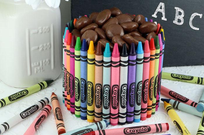 un bol en crayons en couleurs rempli de bonbons dragées, cadeau maitresse fin d année facile a faire