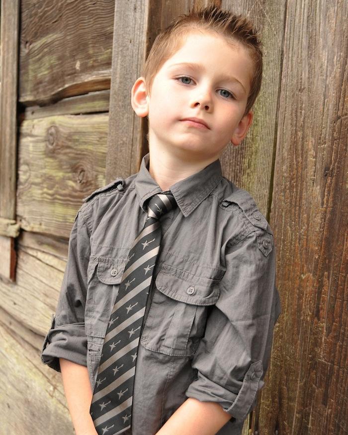 dessus hérissé, cheveux courts de coté, petit garçon aux cheveux chatain clair, chemise grise et cravate