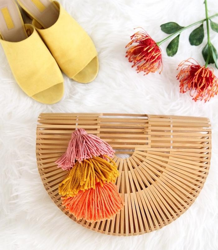 sac à main été femme en bois avec décoration de pompons à franges colorés, activité manuelle ado à faire soi-même