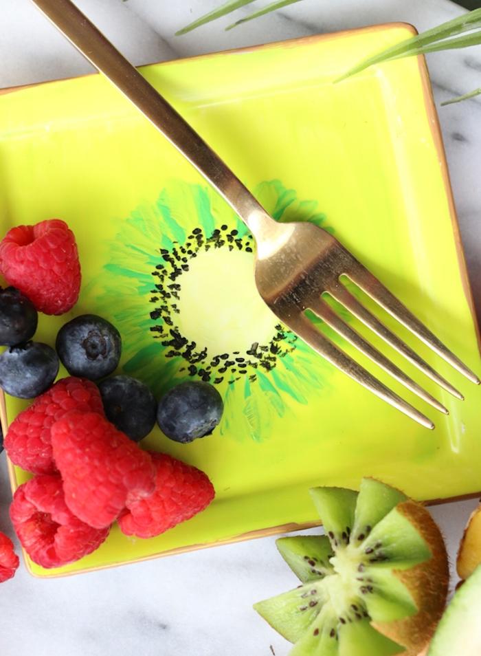 assiettes jaune décorée de motif kiwi peint avec des fruits à l intérieur, idées loisirs créatifs adultes