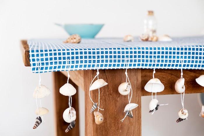 nappe blanc et bleu personnalisé de décoration de coquilles de mer enfilées run un fil, deco table bord de mer