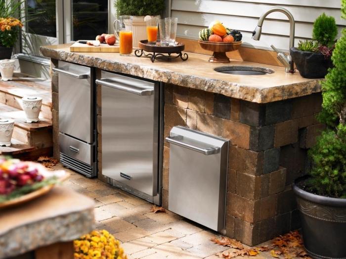 idée comment faire une petite cuisine dans le jardin, équipement de cuisine avec ilot en pierre et four en inox
