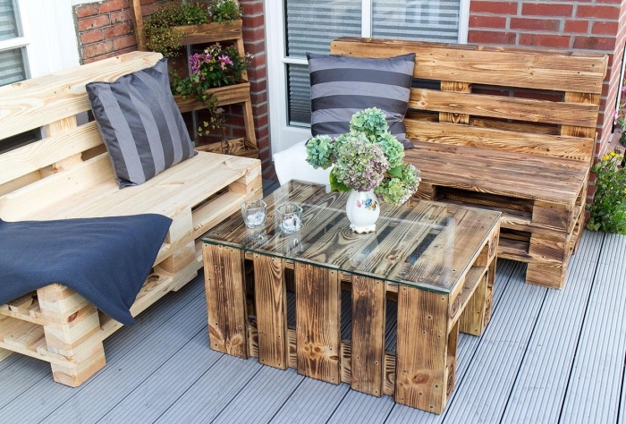 exemple jardiniere palette dans un coin extérieur, aménagement terrasse avec meubles fait main et coussins décoratifs