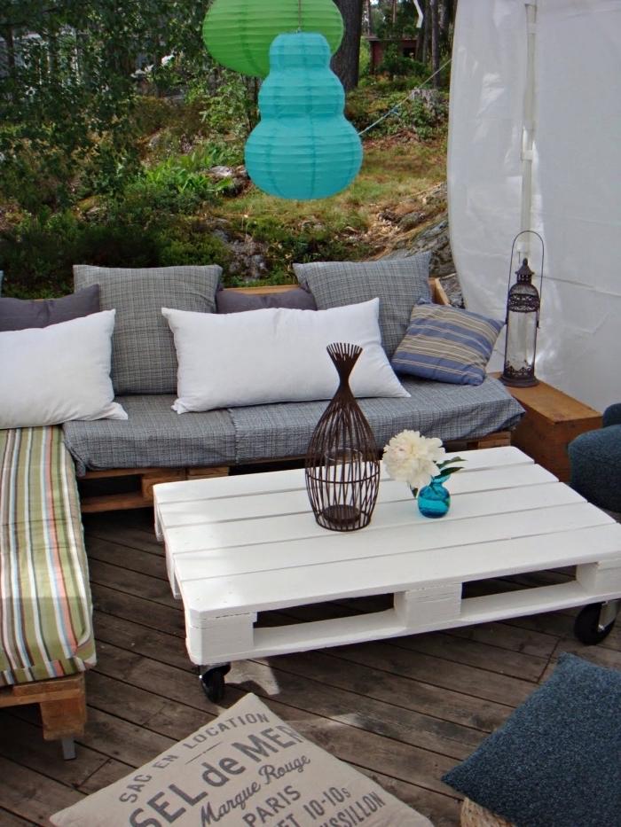 idée comment faire un coin oasis dans son jardin avec meubles de bois fait main et couverts d'accessoires cozy