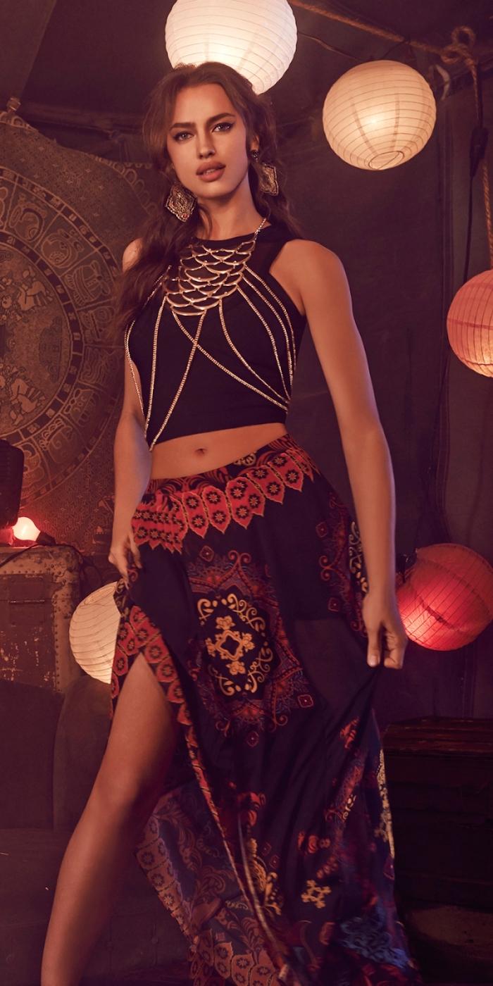 idée tenue de style gypsy avec top crop noir à décoration bijoux argent combiné avec jupe longue aux motifs ethniques
