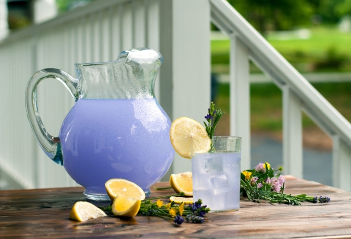 idée pour préparer un jus de fruit maison avec herbes, recette citronnade à la lavande avec jus de citron et glaçons