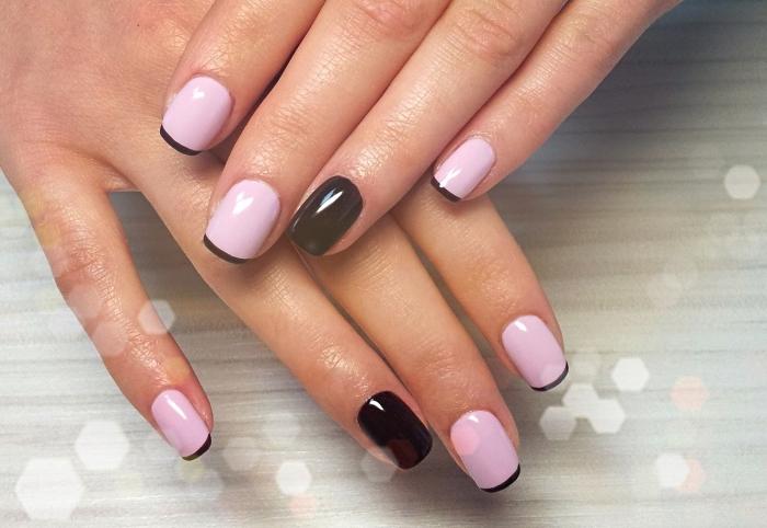 idée deco ongle french en base rose et bouts noirs, modèle de nail art avec annulaire différentes en vernis noir brillant