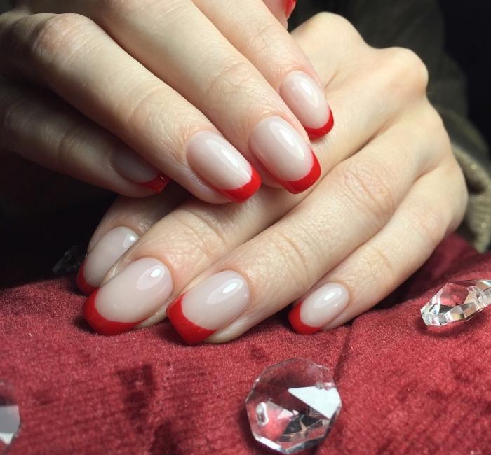 version rouge de la manucure française avec base transparente, idée manucure tendance moderne en rouge