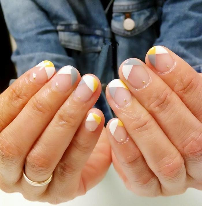 motif ongle géométrique à design français, nail art avec base transparente et dessin géométrique en blanc gris avec accents jaunes