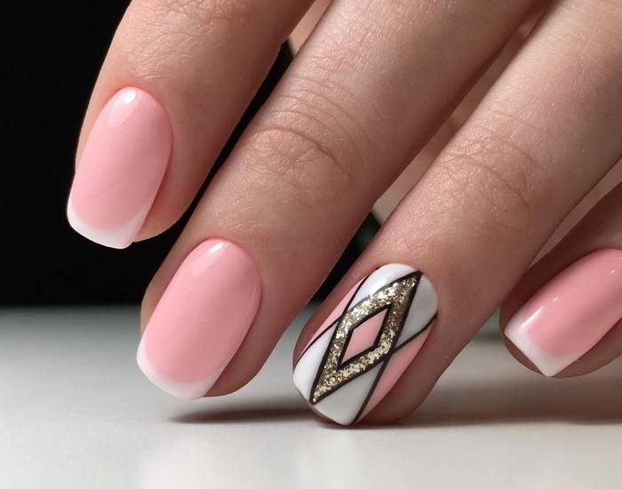 vernis rose pastel et blanc sur ongles mi-longs, modele ongle français avec déco annulaire à design géométrique en blanc rose et glitter or