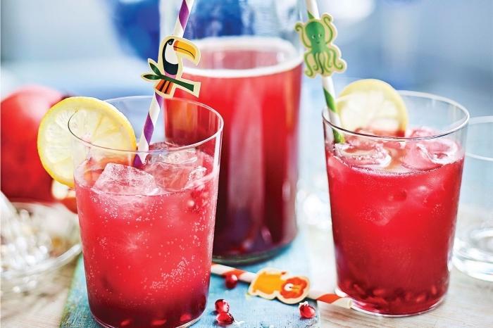 jolie décoration de verre cocktail avec pailles et stickers amusants, boissons fraîches à la base d'eau froide et de jus de fruit
