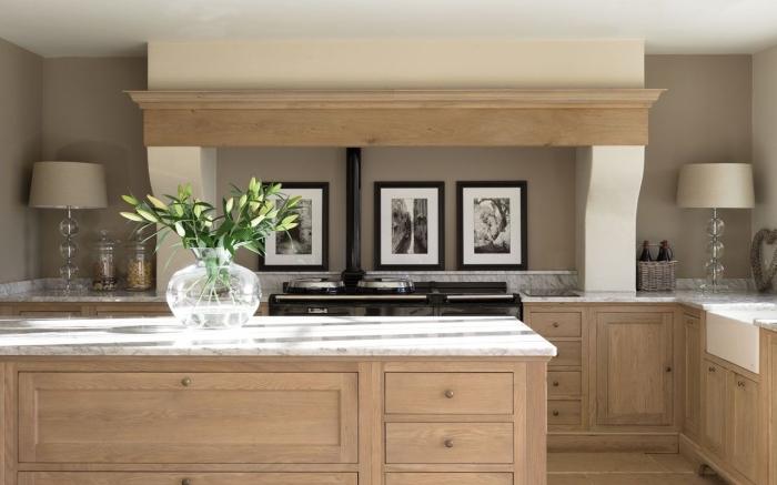 idée meuble cuisine bois aux murs taupe et plafond blanc, aménagement cuisine avec armoires en bois et comptoir marbre