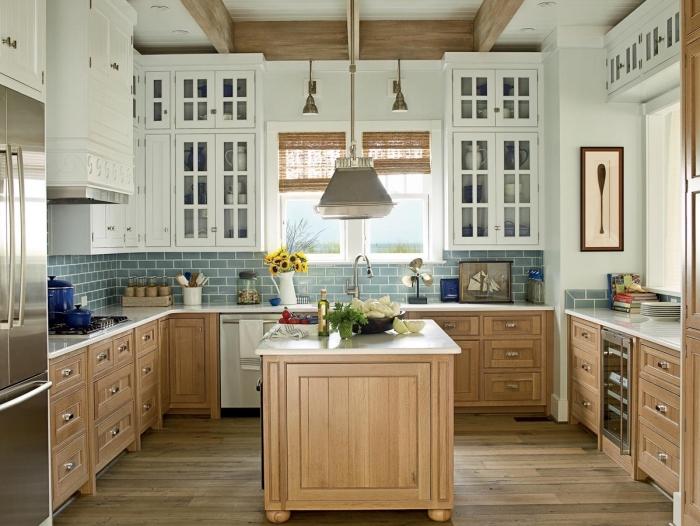 déco de style campagne dans une cuisine blanc et bois avec armoires vitrage et blanc, modèle de crédence au carrelage bleu