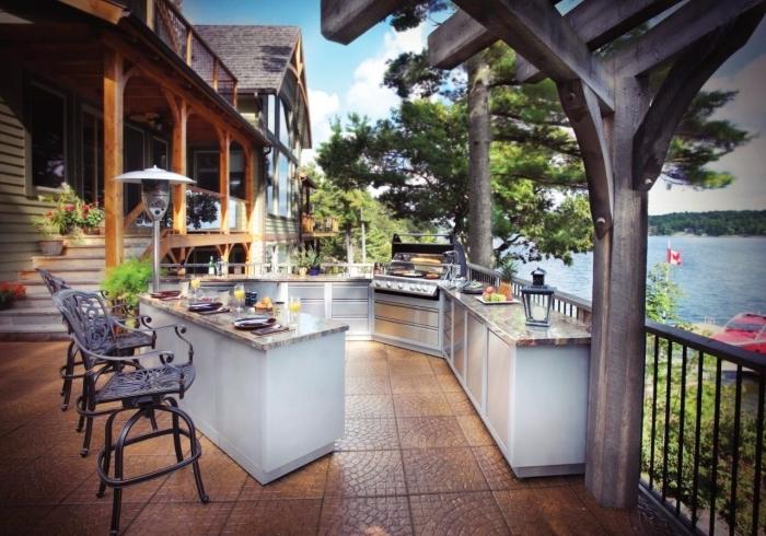 idée comment aménager une terrasse avec vue sur le lac, équipement de cuisine d'été avec ilot et barbecue