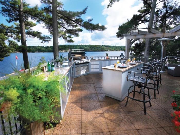 comment aménager une terrasse avec vue sur le lac, déco cuisine avec plan de travail exterieur en blanc et granite
