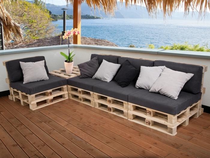 déco de terrasse au plancher de bois marron et toit en pailles aménagée avec mobilier en palettes de bois DIY