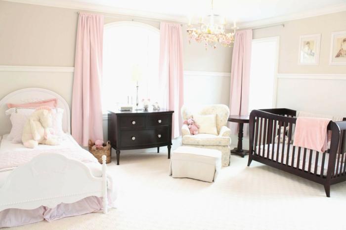chambre de bébé 2018, rideaux en couleur rose pale, lit de bébé aux barreaux en noir, chambre rose et gris, couleurs pastels