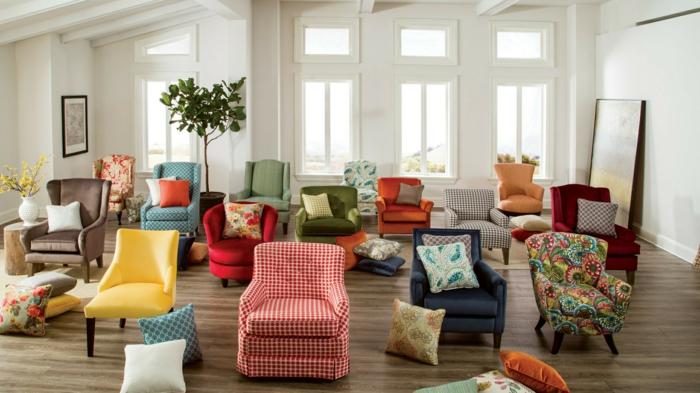 meuble relooké, fauteuils revêtus de tissu de couleurs diverses, aux motifs variés, moderniser meuble ancien, parquet PVC en nuances marrons