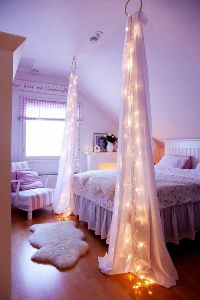lit adulte avec deux moustiquaires décoratifs en tulle blanc transparent, guirlande lumineuse pour chambre enveloppée dans chacun des moustiquaires