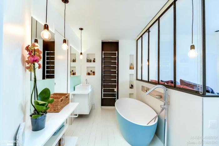 verriere salle de bain, porte coulissante verriere, verriere douche, baignoire en bleu pastel et blanc, luminaires suspendus sur du fil noir, carrelage couleur crème