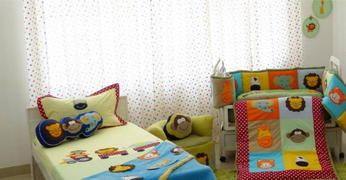 chambre de bébé, linge de lit et couvertures lit hautes en couleurs aux motifs applications têtes d'animaux de la jungle, customiser un meuble avec des accessoires pour le lit