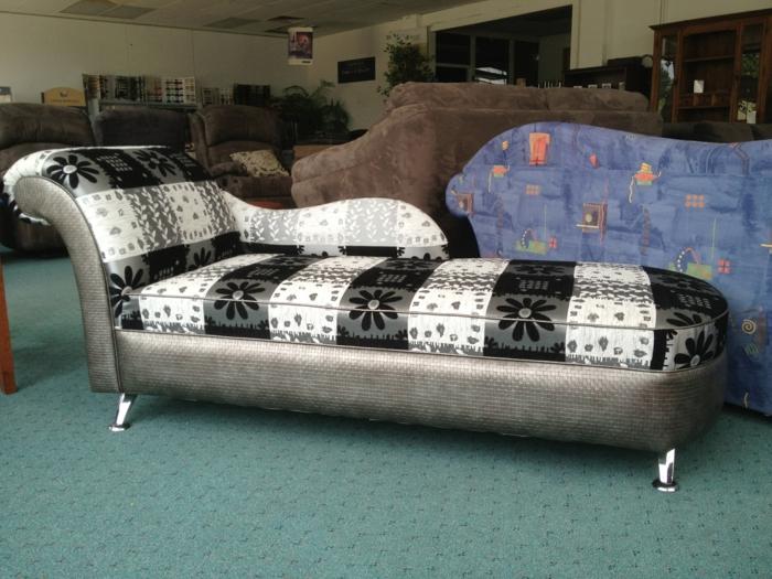 moderniser meuble ancien, canapé avec tete en style Voltaire, meuble relooké en velours noir et blanc, renover meuble bois, moquette verte aux motifs géométriques noirs