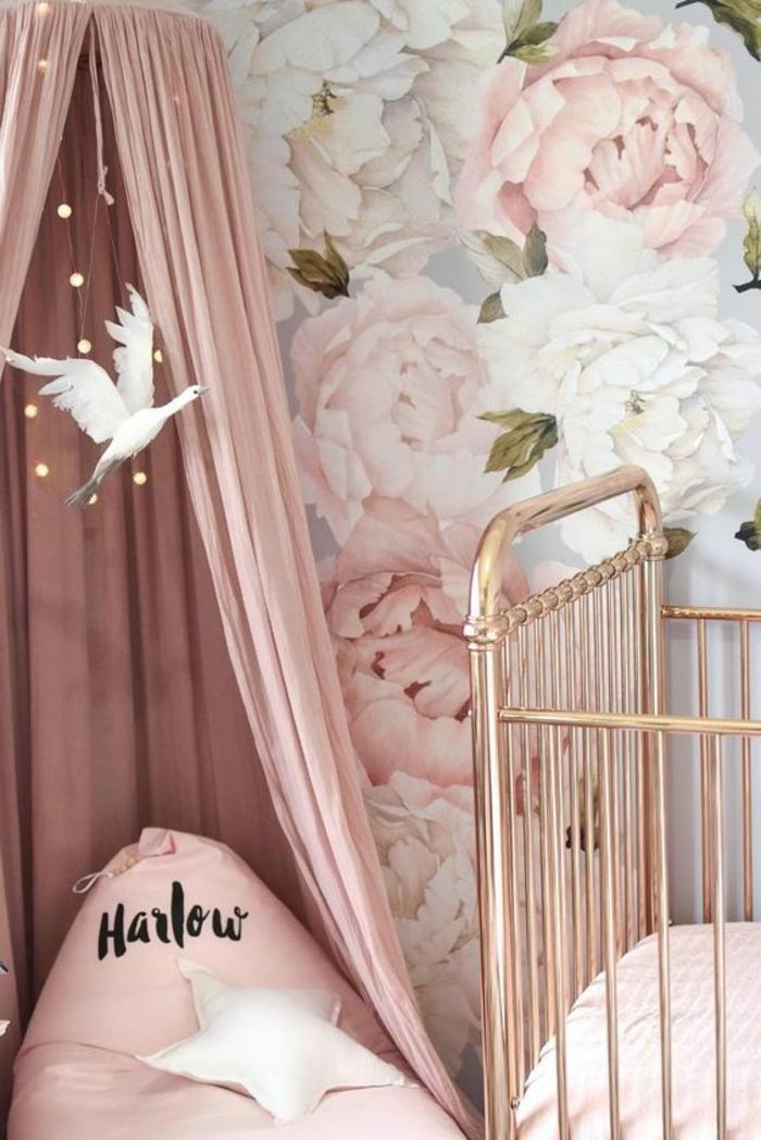couleur rose poudré pour la déco de la chambre de bébé, moustiquaire en couleur rose pale, lit bébé barreuax métal doré