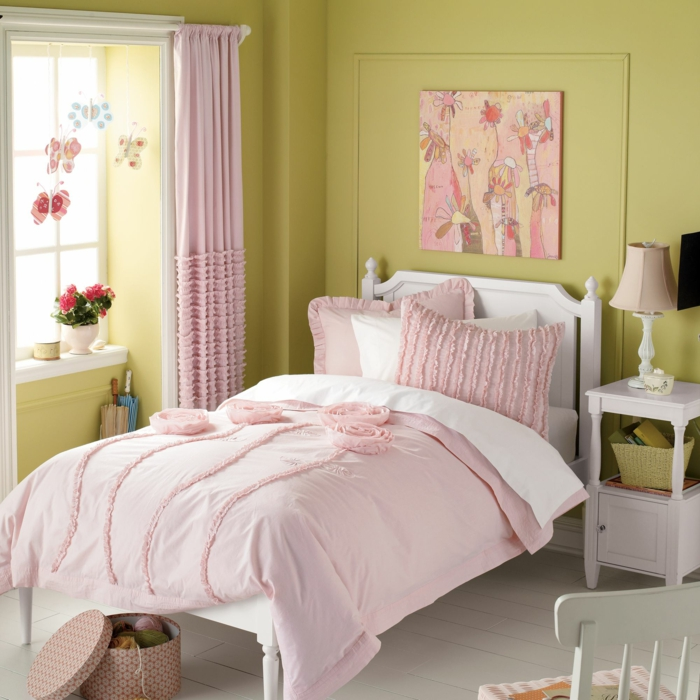 couleur rose pale pour la couverture du lit et pour les rideaux, panneau au-dessus de la tete du lit aux nuances roses, murs en vert réséda