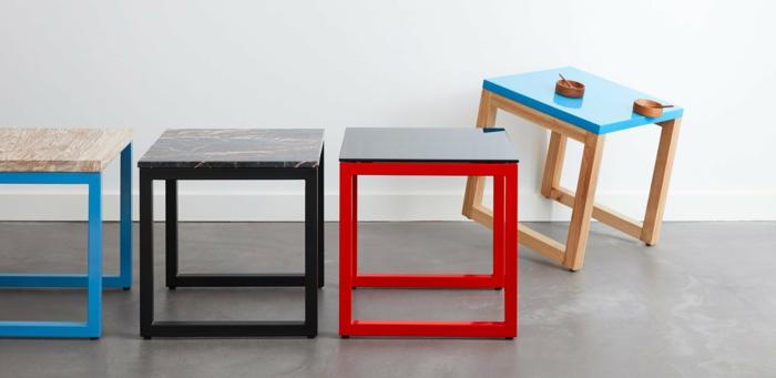 peindre un meuble, customiser un meuble, tabourets bas carrés peints en nuances diverses, carrelage gris fumée, murs blancs