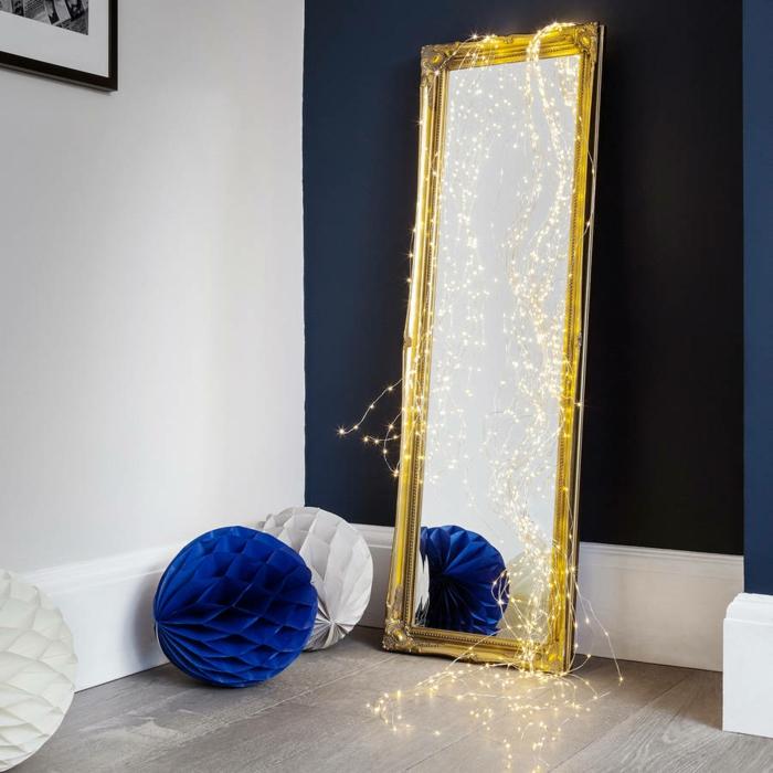 gros miroir au cadre doré en forme rectangulaire avec une guirlande lumineuse pour chambre, guirlande boule coton, guirlande lumineuse ampoule, guirlande a pile