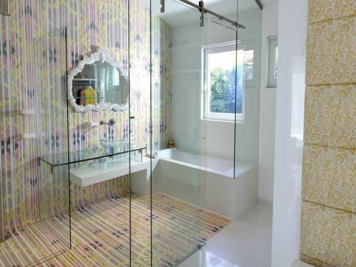 verriere interieure coulissante, separation verriere, miroir au cadre noir en style baroque, carrelage mural et carrelage du sol aux rayures jaune et violette